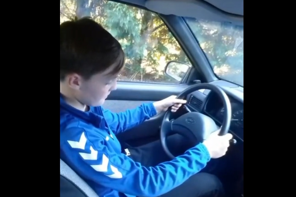 Egy 14 éves magyar kissrác tanít autót vezetni a YouTube-on