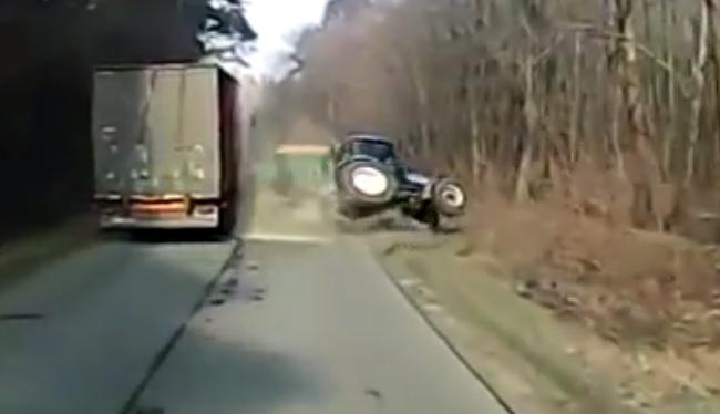 Videó – Elszámolta magát a kamionos előzéskor – Durván bezúzta a traktorost