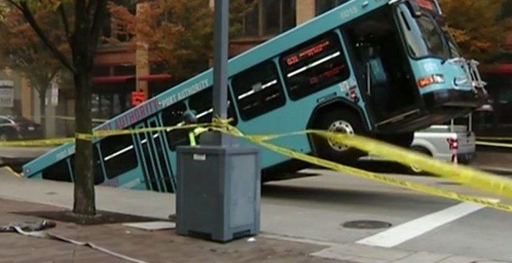 Videó – Akkora részen szakadt be az aszfalt, hogy simán elnyelt egy fél buszt