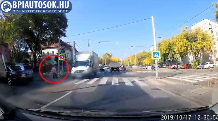 VIDEÓ: Senki nem áll meg bmeg? Az ötödik autónál már elszakadt a cérna…