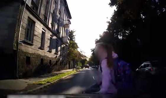 Videó – Zebrán ütötte el az autós a kislányt- megrázó felvételt közölt a rendőrség