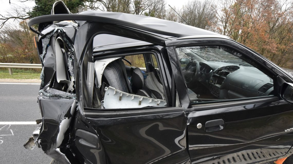 Videó – Későn vette észre a buszos, hogy megállt előtte egy autó – Teljesen lezúzta az autó hátulját