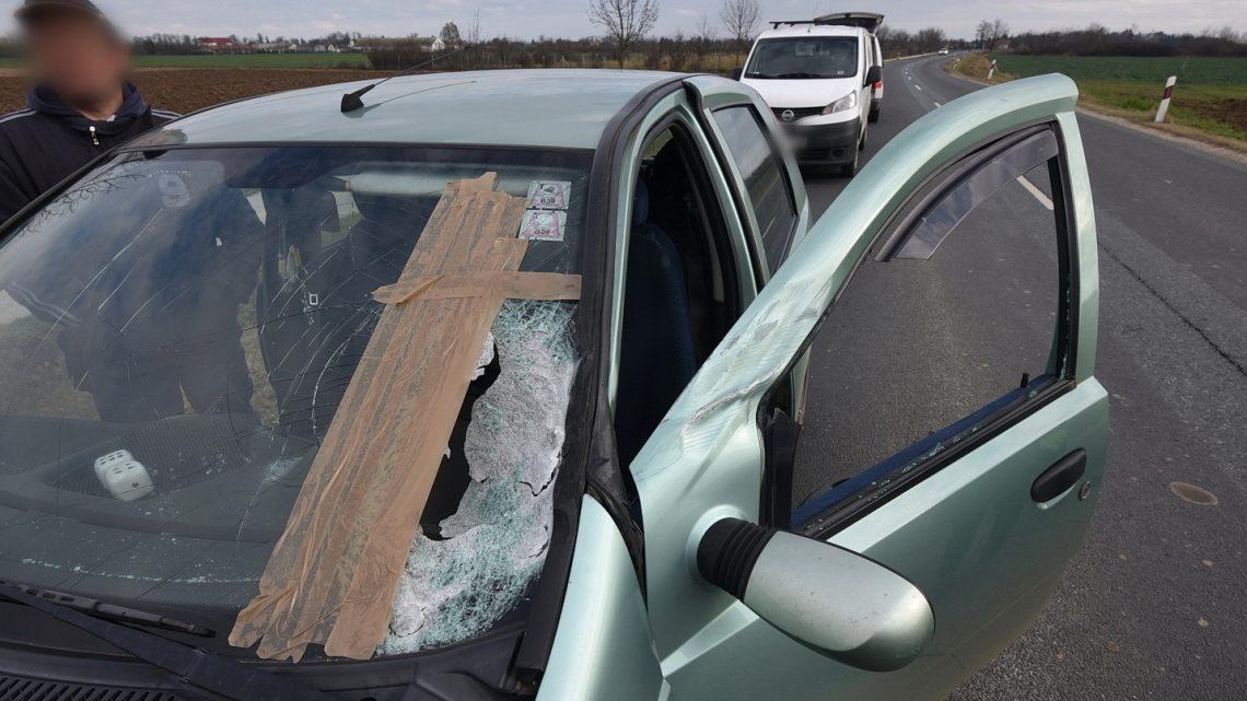 Videó – Egy rosszul rögzített létra csapódott egy autós szélvédőjének – Megsérült a sofőr