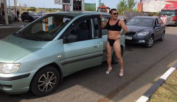 Ingyen tankolhatsz, ha bikiniben érkezel. Te bevállalnád? Ők simán…