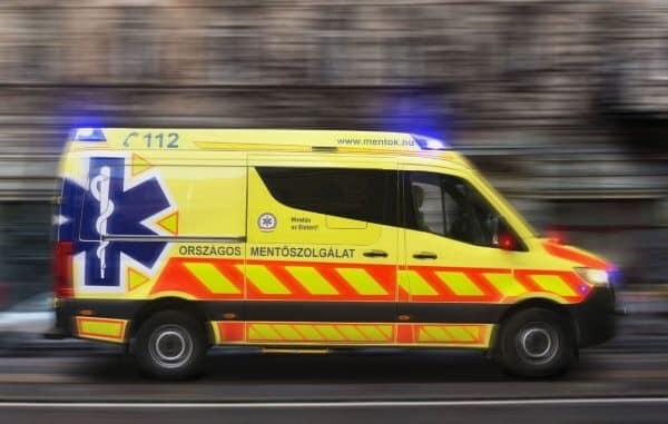 Mentőbaleset súlyos sérültjének kérnek segítséget