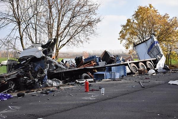 Videó – Megrázó felvételt közölt a rendőrség  a 42-es számú főúton történt tragikus kamionbalesetről