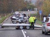 Videó – Közel 200 kilós szarvas rúgta le a motorról a sofőrt és az utasát