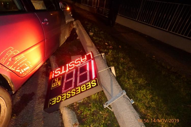 Fotók – Kidöntötte a sebességmérő táblát az ittas nő – a tábla utolsó jelzése: Lassíts! – volt