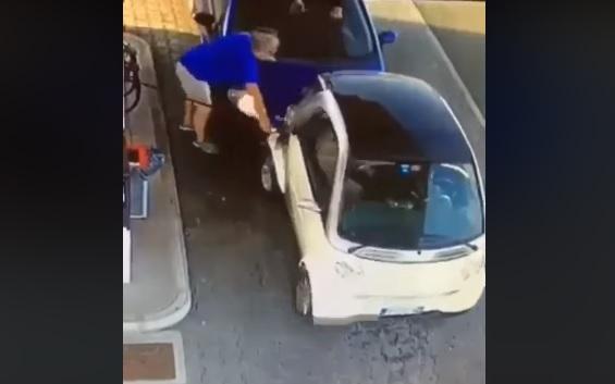 Videó – Oké, kis autó, de azért még látszik…Vagy nem?