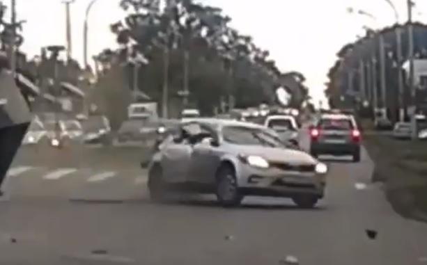 Videó – Vígan húzott át az autós a zöld jelzésen, aztán jobbról jött az igazi meglepi