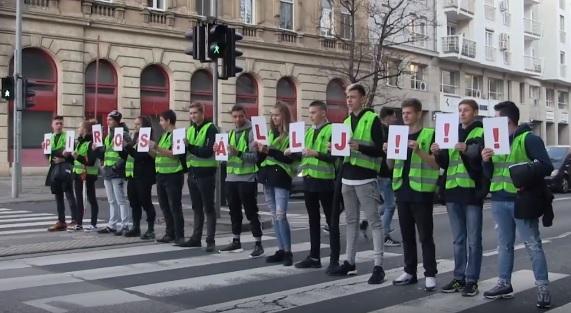 Videó – Lassíts, a kistesóm is idejár! – rendhagyó baleset-megelőzési akciót tartott a Budapesti Rendőr-főkapitányság