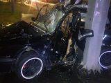 Fotók – Oszlopra csavarodott egy autó éjjel Érden – A sofőr életét már nem tudták megmenteni
