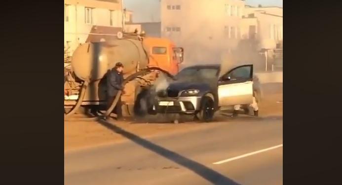 VIDEÓ: Fekáliával oltották a BMW-t