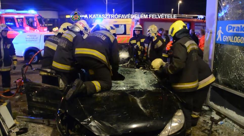 VIDEÓ: A Mester utcai Praktiker oldalának csapódott az éjjel egy autó