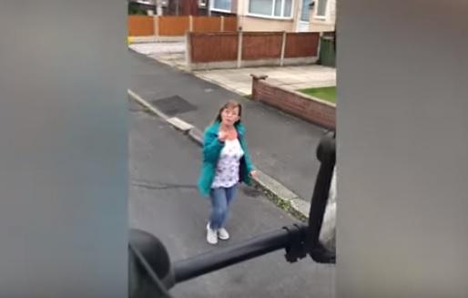 Videó – Kiszállt az autóból az észt osztani, de csúnyán beégette magát a hölgy