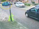 Videó – Parkolni akart a suzukis, de jött a roncsderbi – a gyalogos reakciója óriási