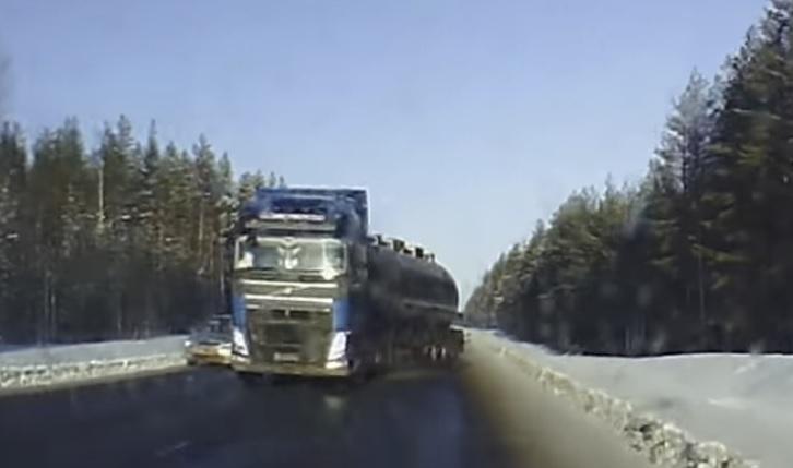 Videó – Elvakította a nap a kamionost, de azért előzni kezdte a sort