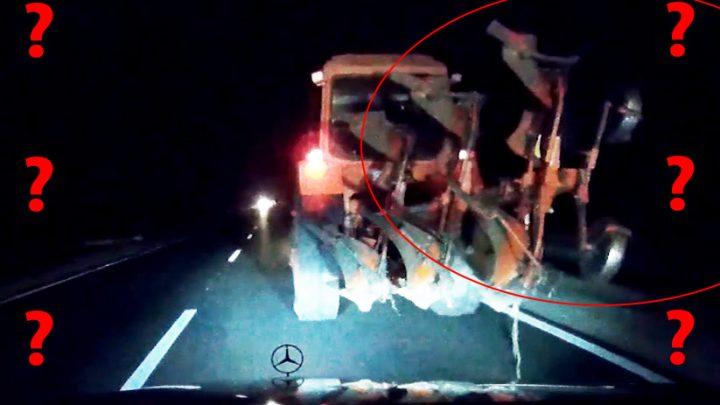 VIDEÓ: Ment a traktor, mint kaszás az éjjeli országúton