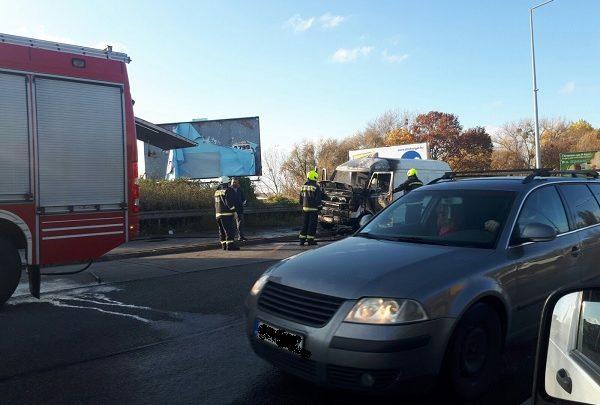 Videó – Kigyulladt egy kisteherautó a 20. kerületben