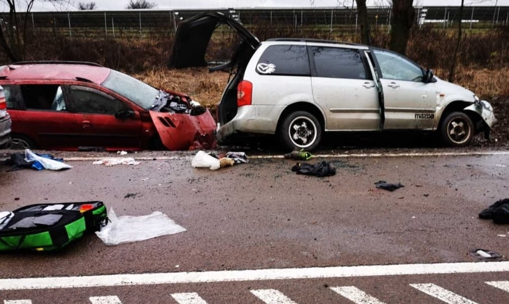 Fotók – Súlyos baleset történt Eger és Kerecsend között kora délután – több mentőhelikopter is érkezett a helyszínre
