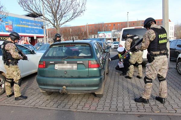 Fotók – Nem hétköznapi akció a rendőrségtől – Kommandósokkal karöltve ellenőrizték a gumiabroncsokat