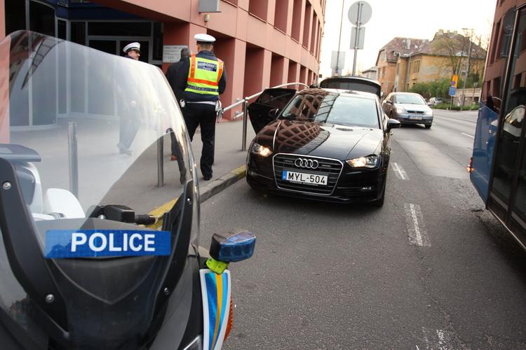 A rendőrség a szabálytalanul besoroló, többieket félrelökő erőszakos autósokra vadászik