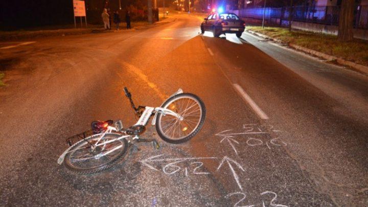 Az autó alól kiáltott segítségért az elgázolt kislány, két rendőr tartotta a kocsit, amíg ki nem húzták