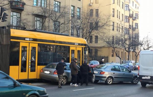 FOTÓK: Két autó ütközött a négyes-hatossal a Margit körúton délelőtt