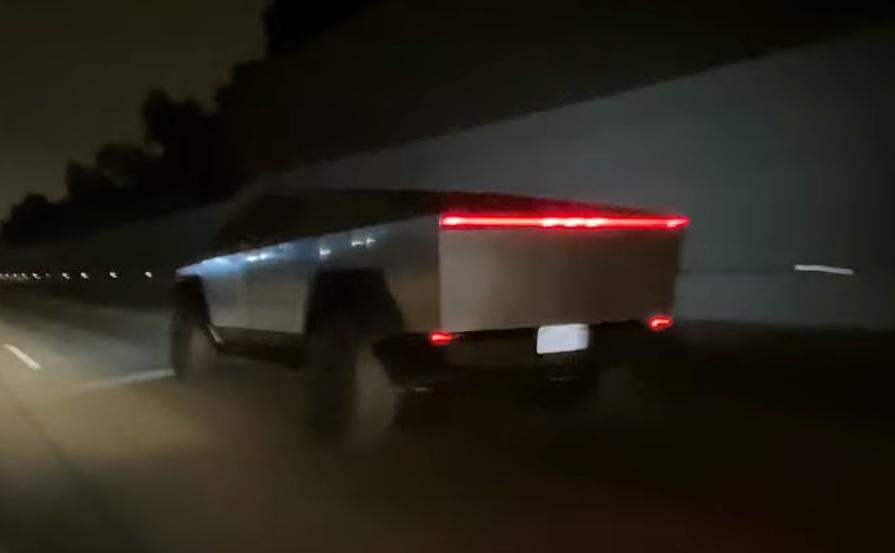 VIDEÓ: Így néz ki közúton a sokak által csak valami koncepcióautónak hitt Tesla Cybertruck