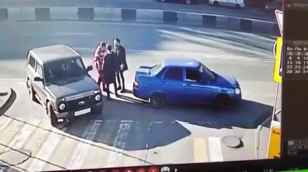 Videó – Egyetlen ütéssel levert 2 kötekedő autóst – Így tett pontot a konfliktus végére