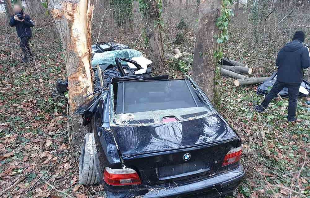 Hatalmas sebességgel repült le az útról a BMW. Ketten meghaltak