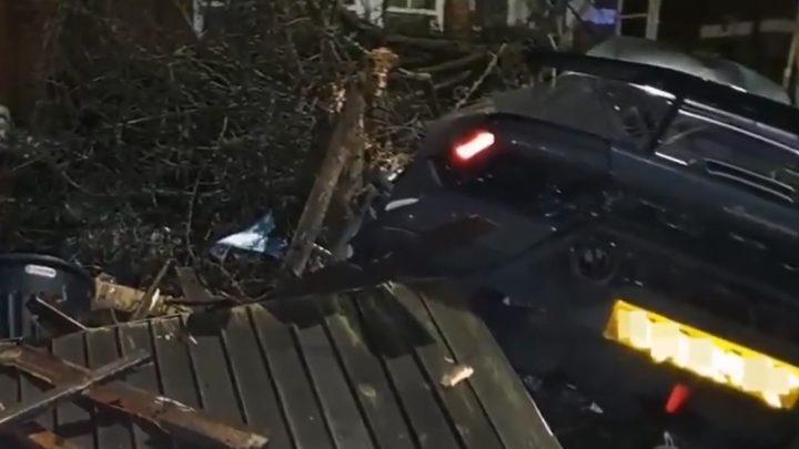 VIDEÓ: Hóember jelmezben mászott ki, a házba csapódott, rommá tört Lamborghiniből a focista