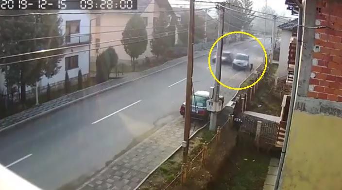 VIDEÓ – Csak centiken múlott a járdán sétáló élete, amikor két autó ütközött