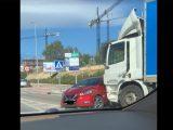VIDEÓ: Több tíz méteren át tolt magaelőtt egy autót a teherautó