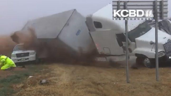 VIDEÓ: Szörnyű baleset történt Texasban. Letarolta a mentőszemélyzetet egy kamion