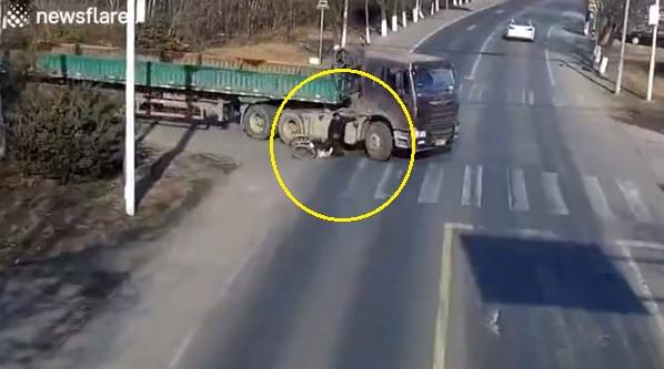 VIDEÓ: Kanyarodás közben sodorta el a kamionos a kerékpárost – Nem hiszed el, hogy túlélte