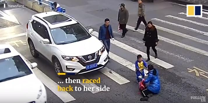 Videó – Zebrán gázolta el a kisfiút és anyját az autós – A gyerek reakciója nemsemmi