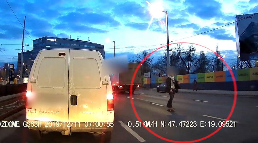 VIDEÓ: A Könyves Kálmán körút közepén, forgalommal szemben gördeszkázott