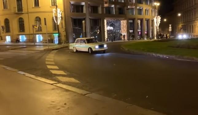 VIDEÓ: Te ne csináld utána – Egy laza drifttel vette be a Lánchíd előtti körforgót a Ladás