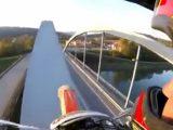VIDEÓ: A híd ívszerkezetén motorozni? Fogd meg a söröm…