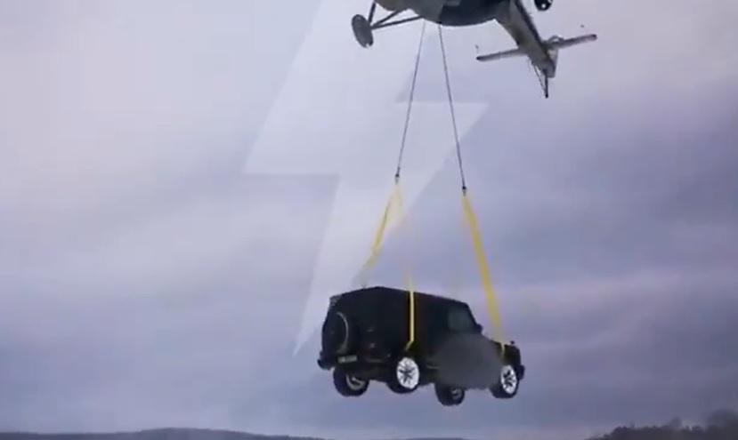 """VIDEÓ: Helikopterrel """"vontatták"""". Elég magasból zuhant le a terepjáró"""
