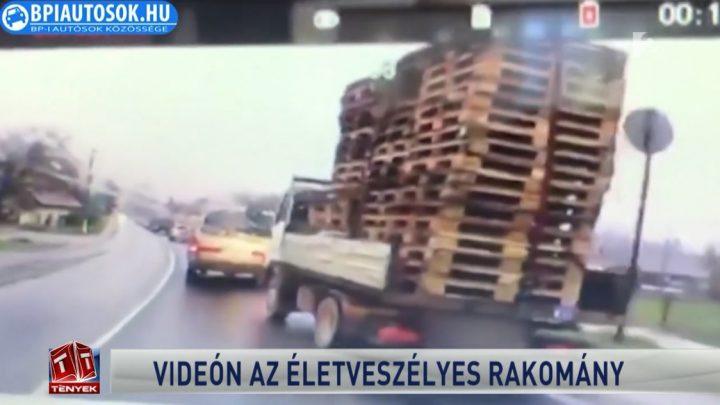 Legalább húsz raklap dülöngélt egymásra pakolva egy teherautó platóján
