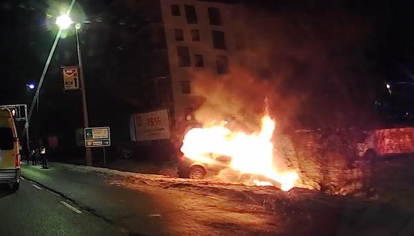A nap végére: Videón, ahogy kiég egy autó a Szerémi úton :(