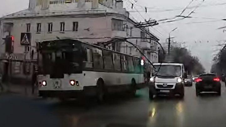 VIDEÓ: Troli áramszedője nyársalta fel az autót