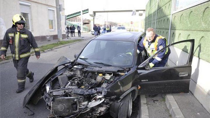 FOTÓK: Kirepült autójából a sofőr, miután egy ház falának ütközött a Nagykőrösi úton