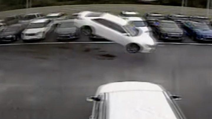 VIDEÓ: Rosszul lett, hatalmasat ugratott a floridai sofőr