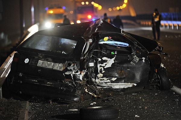 FOTÓK: Szalagkorlátnak ütközött egy autós az M8-on – A sofőr sértetlenül szállt ki, ám autója elsodorta miután belerohant egy másik gépjármű