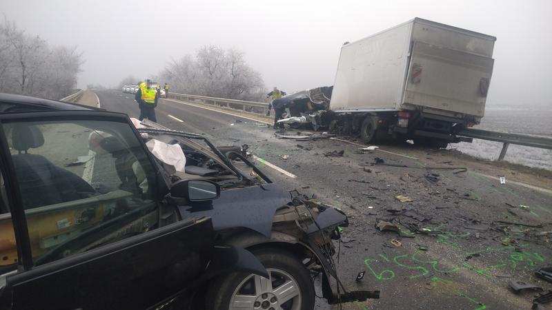 FOTÓK: Durva baleset történt a 6-os úton – Teherautóval karambolozott egy személygépkocsi, egy ember életét vesztette