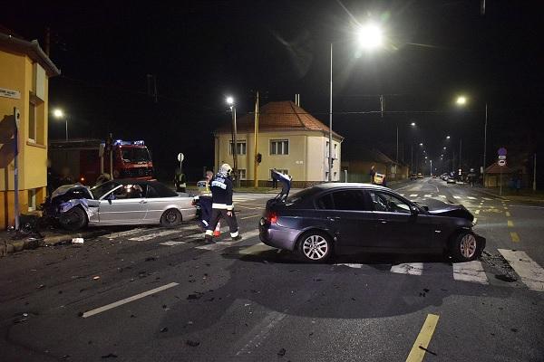 FOTÓK: Két vétlen autós ütközött egy szabálytalan harmadik miatt