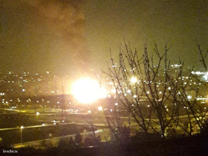 Robbanást hallottak. Három épület lángol Óbudán, a Bécsi út, Pomázi út, Kunigunda utca és Bojtár utca által behatárolt területen belül